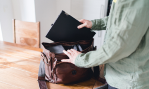 Putting_laptop_into_bag