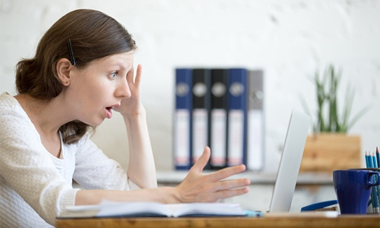 Woman_looking_at_computer_surprised_edited